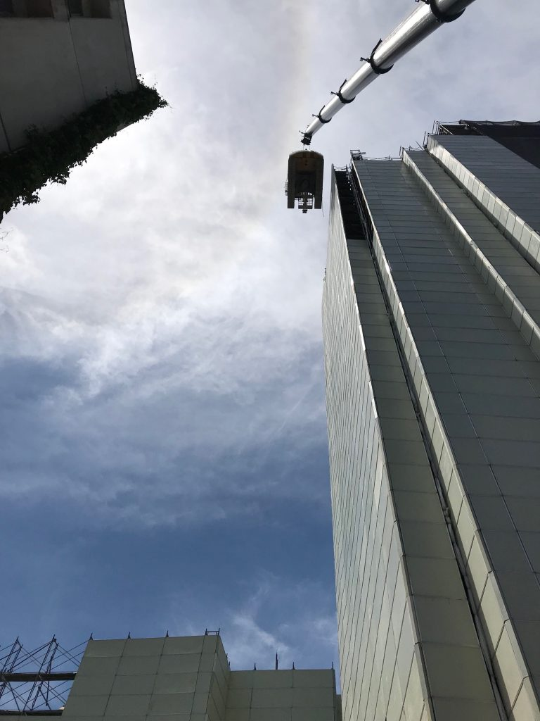 220tオールターでのユンボ吊り上げ、高層マンションでも作業可能