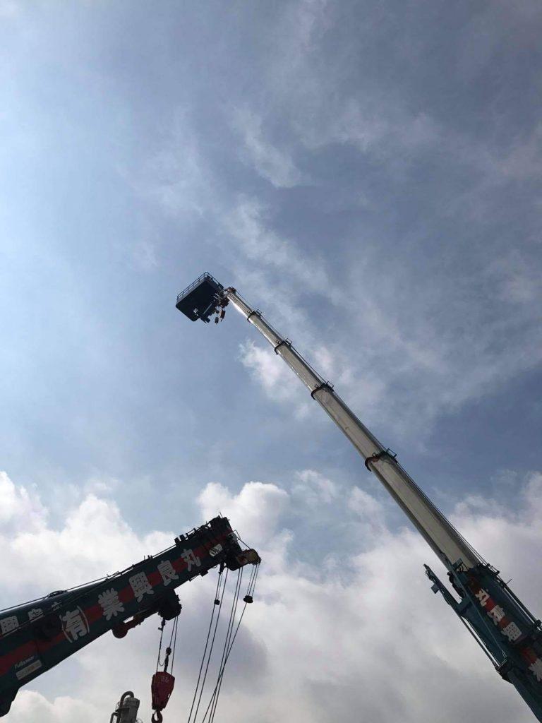 70tラフターでスカイボックスを空高く吊りあげる